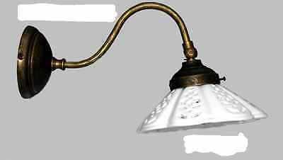 Applique modello curvato in ottone brunito con ceramica bianca