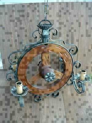Lampadario rustico a ruota di carro in ferro battuto e for Arredo casa guardiagrele