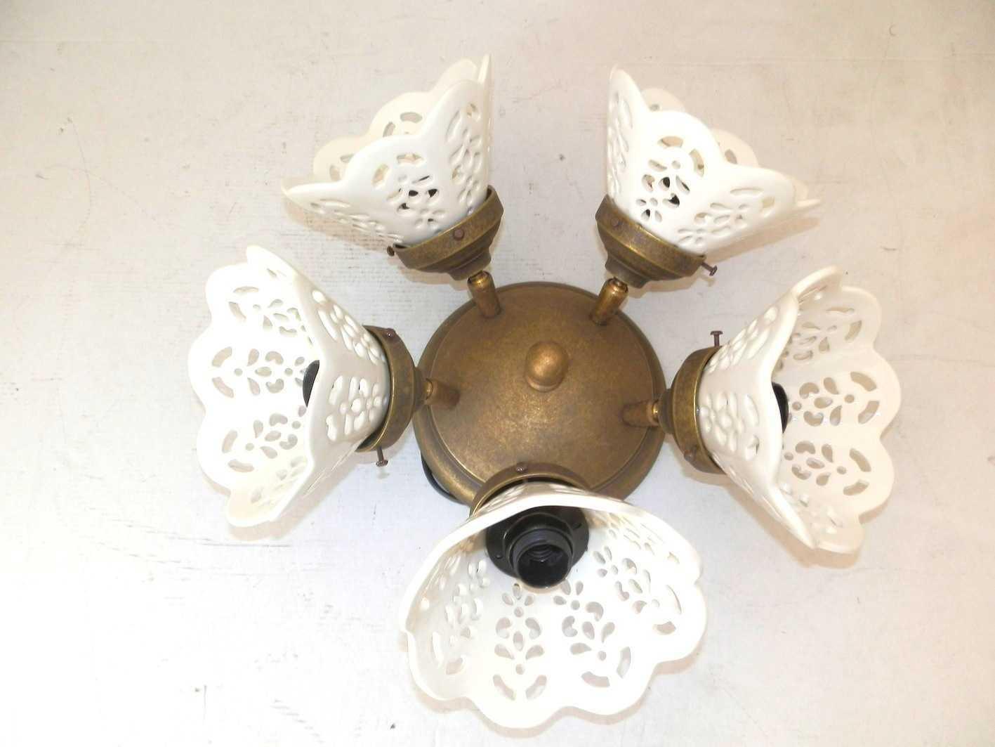 Plafoniera in ottone a 5 luci con ceramiche bianche
