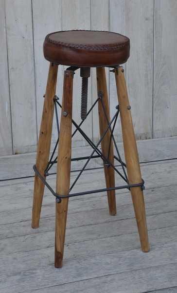 Sgabello in legno con seduta in pelle marrone